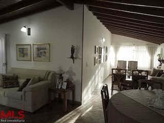 Una sala de estar llena de muebles y una mesa en Nueva Florida Etapa 2