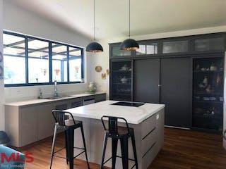 Una cocina con nevera y fregadero en Condominio Veranda