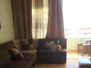 Una imagen de una sala de estar con una ventana en Apartamento venta robledo bello horizonte