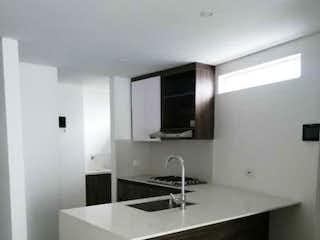 Un cuarto de baño con lavabo y un espejo en Apto,Sabaneta, Pan de azucar,P8