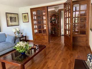 Una sala de estar llena de muebles y una planta en maceta en Casa En Venta En Bogota Multicentro-Usaquén