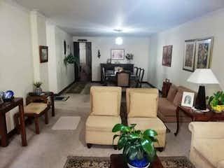 Una sala de estar llena de muebles y una mesa en Apartamento En Venta En Medellin Conquistadores