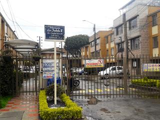Una calle de la ciudad llena de mucho tráfico en Venta Apartamento La Isabela