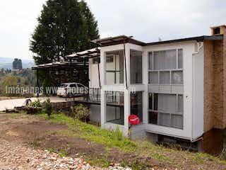 Un pequeño edificio blanco sentado al lado de un camino en Casa en venta en Casco Urbano Guarne de 4 habitaciones
