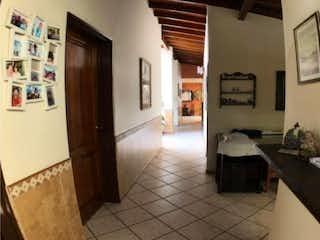 Una cocina con nevera y una mesa en Casa en venta en Velódromo, 220m²