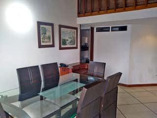 Una sala de estar llena de muebles y una televisión de pantalla plana en Apartamento en venta en Patio Bonito, 96mt