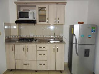 Un refrigerador congelador blanco sentado dentro de una cocina en Apartamento en venta en San Miguel de 1 habitación