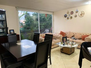 Una sala de estar llena de muebles y una ventana en NARVARTE PONIENTE, DEPARTAMENTO CON BALCÓN