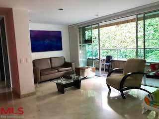 Una sala de estar llena de muebles y una gran ventana en Pescara