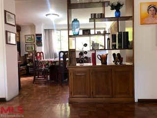 Una cocina con suelos de madera y armarios de madera en Malaga 2