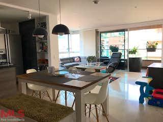 Una cocina con una mesa y una mesa en Pescara