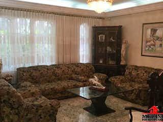 Una sala de estar llena de muebles y un sofá en Casa en venta en Los Colores, de 661mtrs2