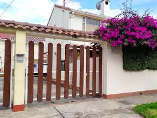 Un arreglo floral delante de una casa en VENTA CASA LINDA VILLA MAGDALA
