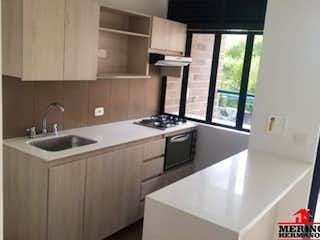 Una cocina con un fregadero, una estufa y una ventana en RETIRO VERDE
