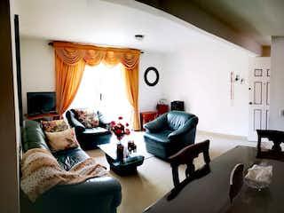 Una sala de estar llena de muebles y una ventana en Venta de casa 3 Niveles en Belen la Mota ,Medellin