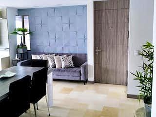 Una sala de estar llena de muebles y una planta en maceta en Apartamento En Venta En Medellin Las Palmas