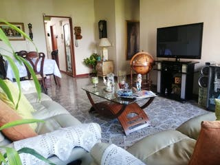 Una sala de estar llena de muebles y una televisión de pantalla plana en Apartamento en venta en Los Colores de tres habitaciones