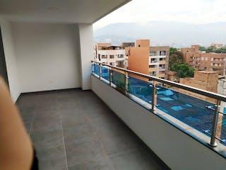 Un cuarto de baño con una bañera grande y un puente en Apartamento en Venta en Laureles el Nogal