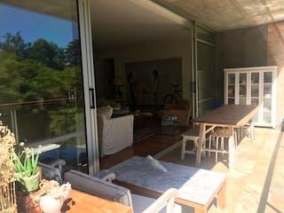 Una sala de estar llena de muebles y una ventana en Apartamento en Venta en El Poblado La Concha