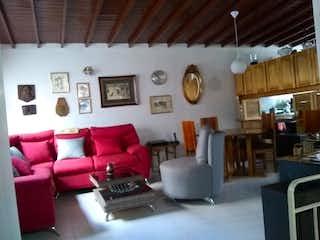 Una sala de estar llena de muebles y una gran ventana en Casa en venta en Calasanz Baja