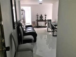 Una sala de estar llena de muebles y una ventana en Apartamento en venta en Conquistadores, de 71mtrs2