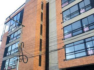 Un edificio de ladrillo con un reloj en él en Edificio