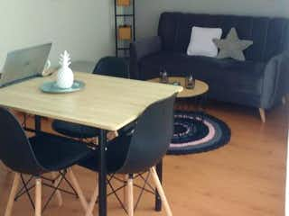 Una habitación con una mesa y una mesa en Apartamento en venta en Pinar de Suba de tres habitaciones