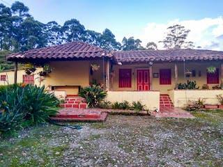 Una boca de incendios delante de una casa en Finca Carmen De Viboral, Casa en venta en Casco Urbano El Carmen De Viboral de 3 hab.