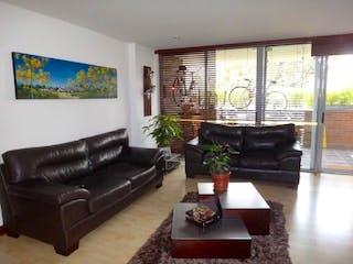 Una sala de estar llena de muebles y una gran ventana en Apartamento en Venta POBLADO