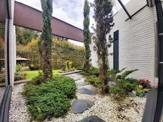 Un árbol forrado de árboles y una calle en Casa en venta en Santa Helena, 420m² con Zonas húmedas...