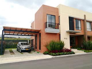 Un camión estacionado delante de una casa en Casa en venta en Casco Urbano Cajicá con Gimnasio...