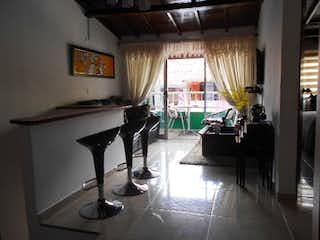 Una sala de estar con una mesa y sillas en Casa en venta en El Salado, 800m²