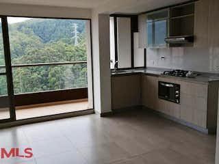 Una cocina que tiene una ventana en ella en Amonte