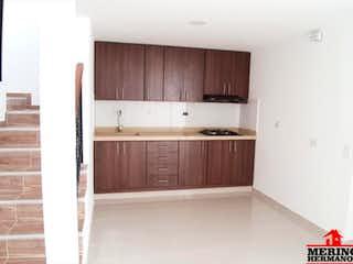 Una cocina con armarios de madera y electrodomésticos blancos en SAN BARTOLO