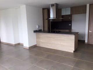 Un cuarto de baño con lavabo y un espejo en Apartamento en venta en Loma de Cumbres, de 89mtrs2