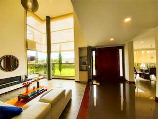 Una sala de estar llena de muebles y una gran ventana en Casa en venta en Sopó de 1500mts