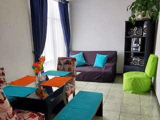 Una sala de estar llena de muebles y una ventana en Apartamento en Suba 53m2