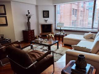 Una sala de estar llena de muebles y una chimenea en Arcos de la Sierra