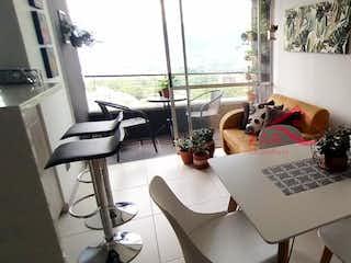 Un ordenador portátil sentado en la parte superior de una mesa en Remanso del Rodeo