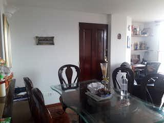 Una cocina con una mesa y sillas en ella en Apartamento en venta en Belalcazar de dos habitaciones