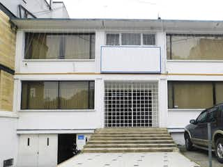 Un coche estacionado delante de una casa en Casa en venta en Galerías de 7 hab.