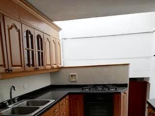 Cocina con fogones y microondas en Casa en venta en Loma de Cumbres, de 188mtrs2