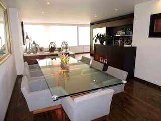 Una sala de estar llena de muebles y una gran ventana en Departamento en venta Lomas Altas