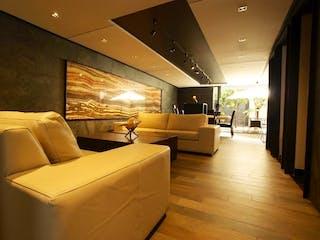 Una habitación de hotel con dos camas y un sofá en Casa en venta en Valle Escondido de 205mts