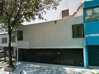 Un camión blanco estacionado delante de un edificio en Casa en venta, Fuentes del Pedregal