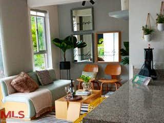 Una sala de estar llena de muebles y una ventana en Reserva de Serrat