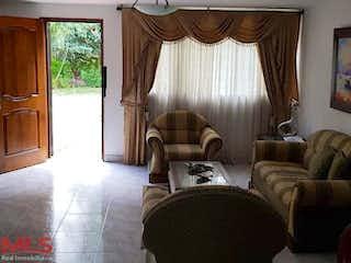 Una sala de estar llena de muebles y una ventana en Casa en venta en Suramericana, de 160mtrs2