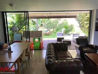 Una sala de estar llena de muebles y una gran ventana en Azur (El Cocho)