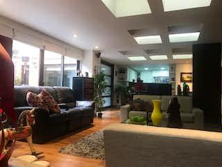 Una sala de estar llena de muebles y una gran ventana en Apartamento con terraza En Venta En Prado Veraniego de 120m2