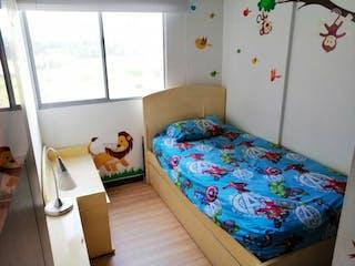Una cama sentada en un dormitorio junto a una ventana en Apartamento En Venta En Bogota La Felicidad